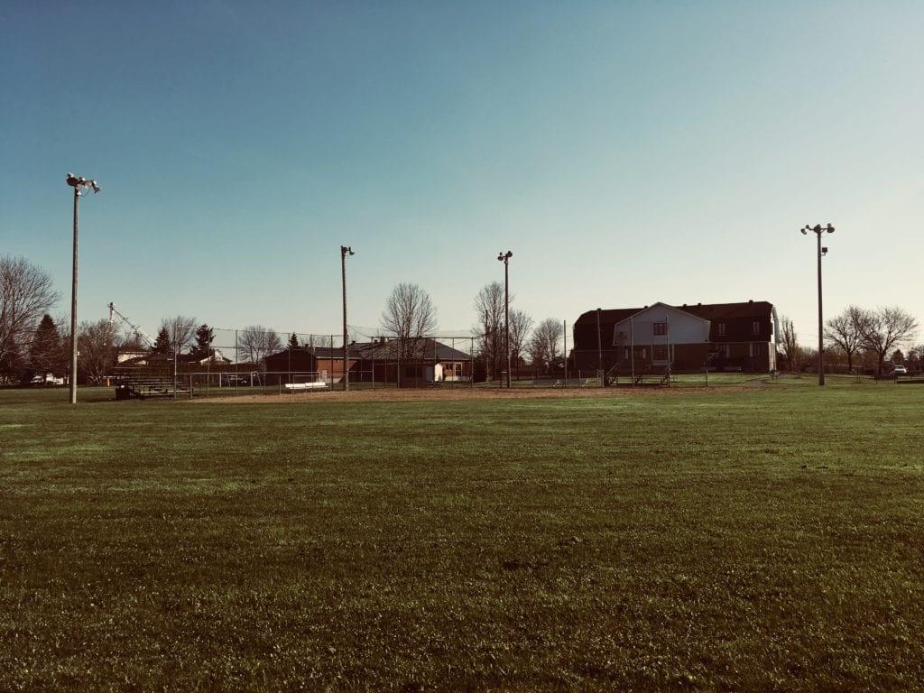 Terrain de balle situé au parc des Loisirs