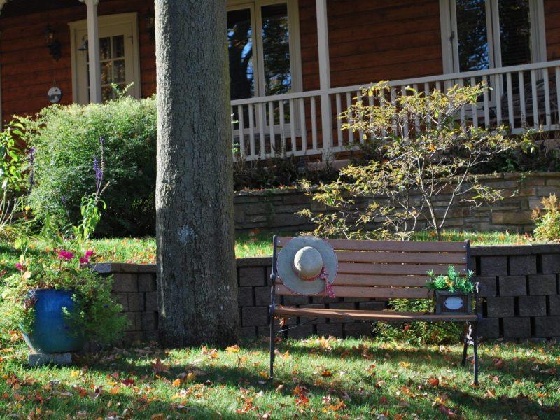 Un banc près d'une maison en automne